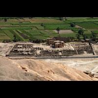 Magnet Du Ramésseum, Temple Des Millions D'années De Ramsès II Vue De La Montagne Thébaine - 27Ko